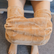 Pregnant women's barefoot artifacts in autumn and winter